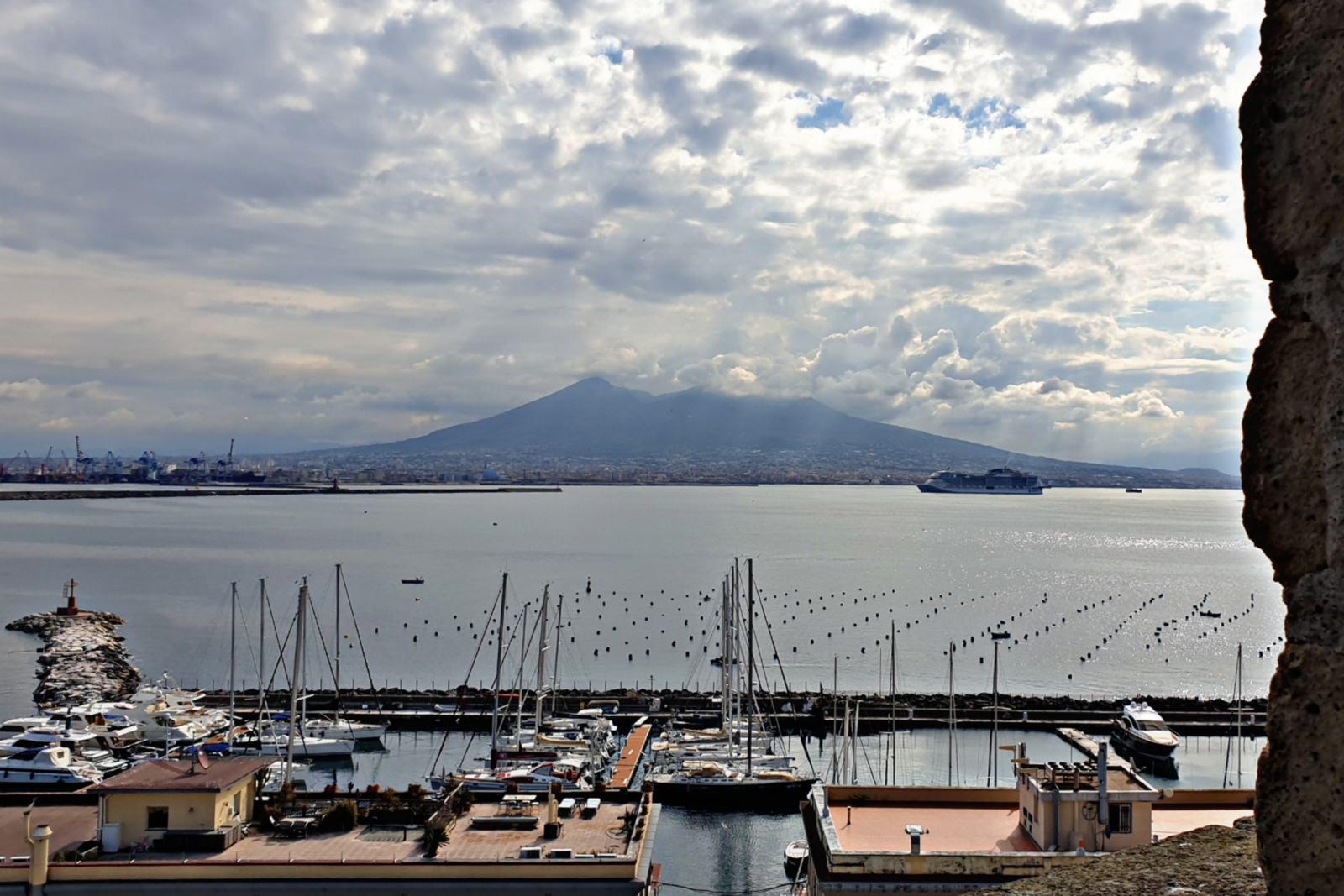 Vista del Vesuvio da Castel dell'Ovo