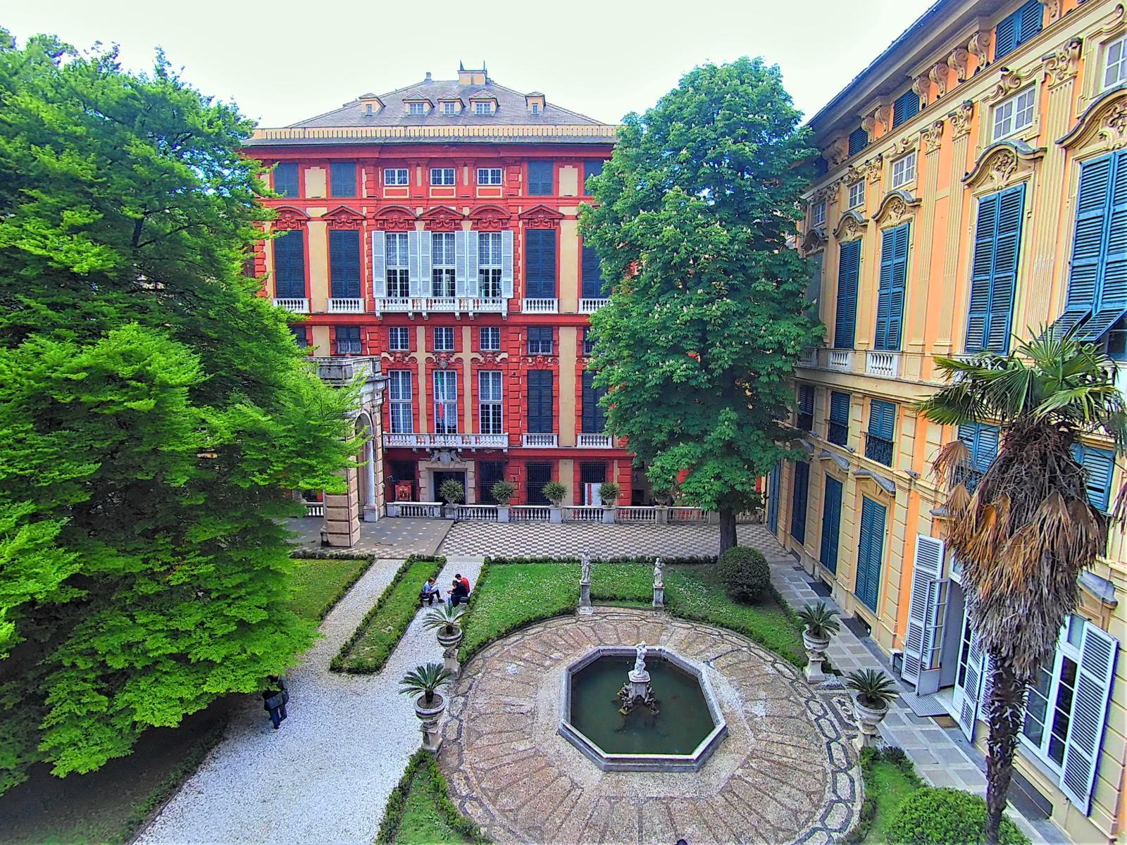Palazzo Rosso visto dal giardino di Palazzo Bianco