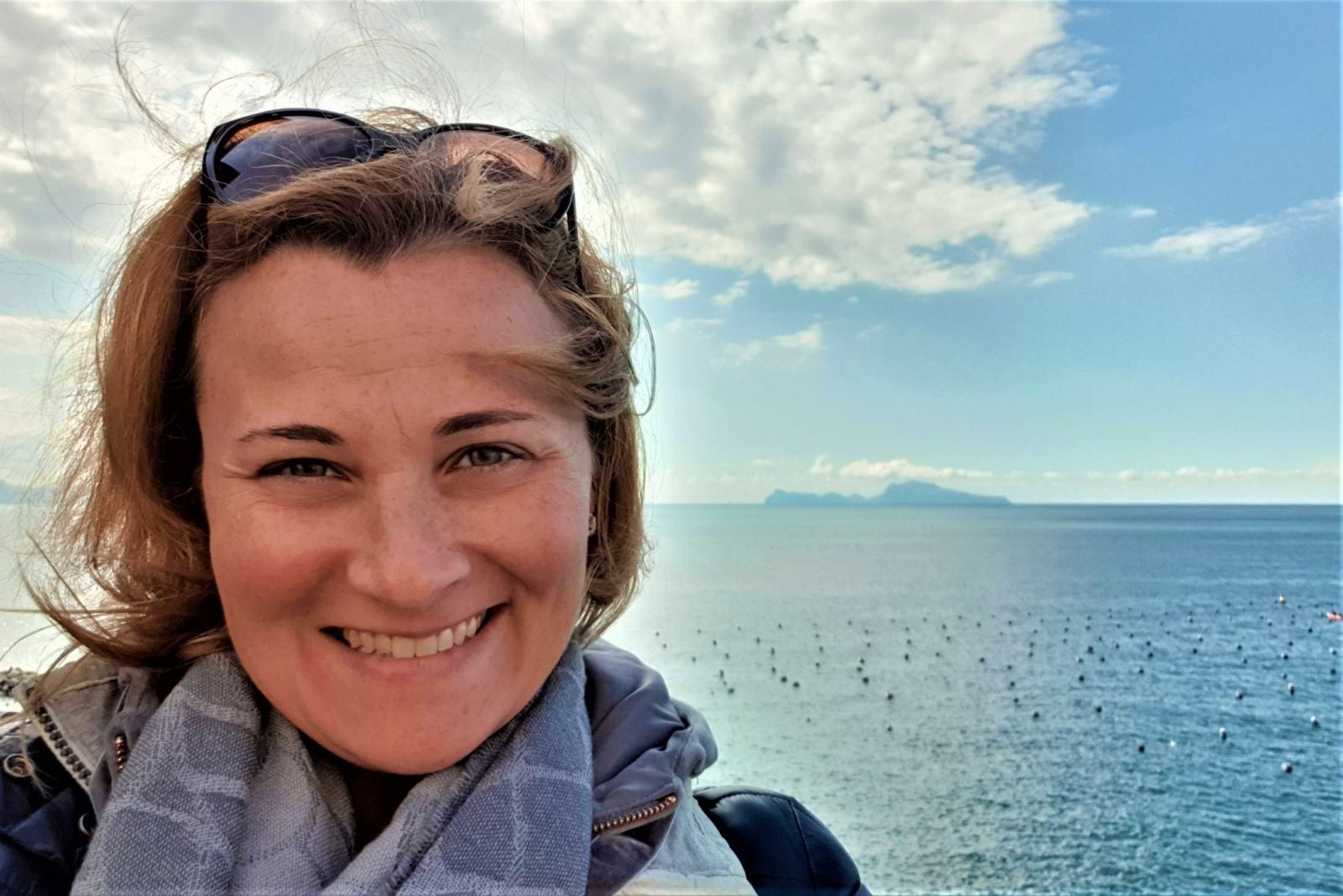 Io con sfondo Isola di Capri