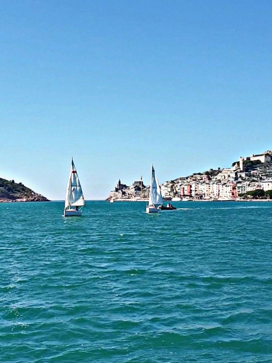 Barche a vela di fronte a Portovenere