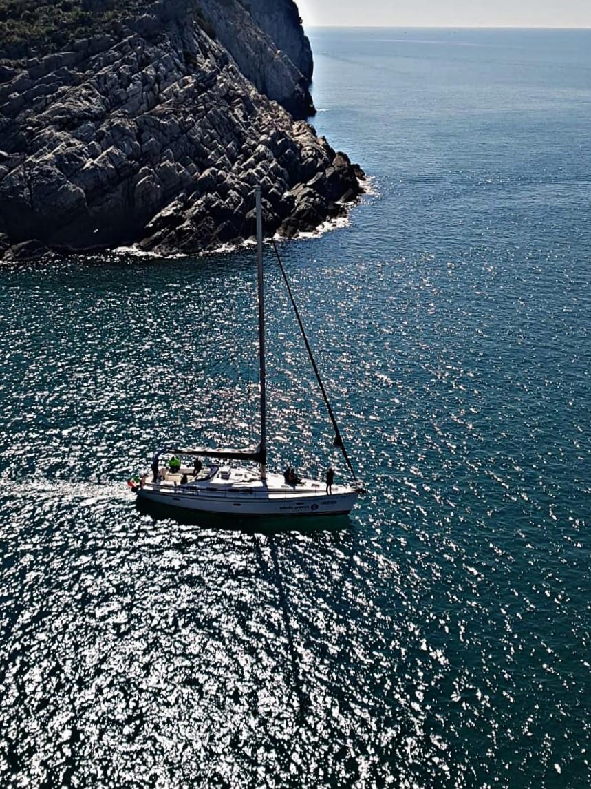Noi che passiamo in barca a vela sotto il promontorio di Portovenere