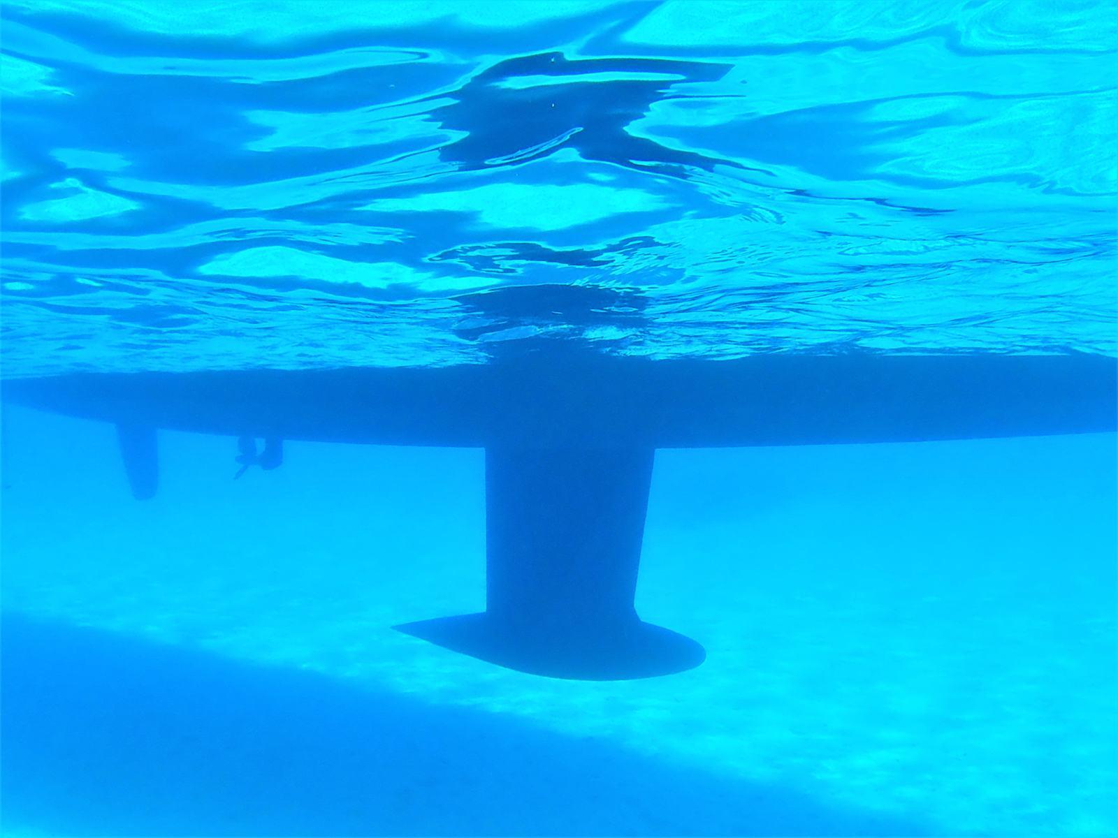 """La """"pancia"""" di Walkabout nell'acqua di Polyaigos - Cicladi - Grecia"""