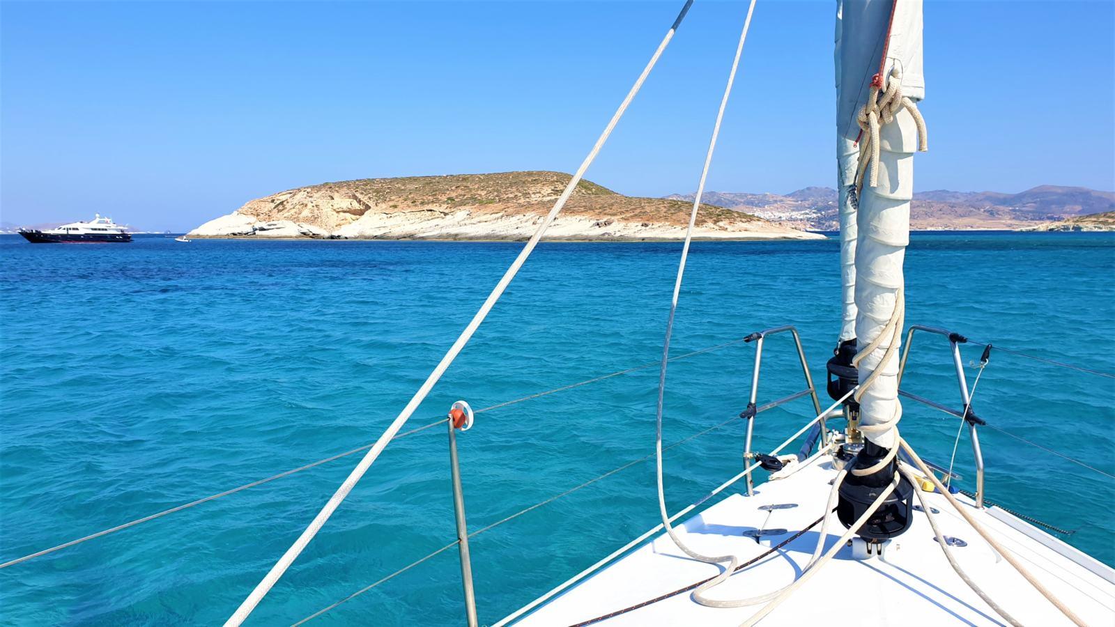 L'arrivo a Polyaigos in barca a vela