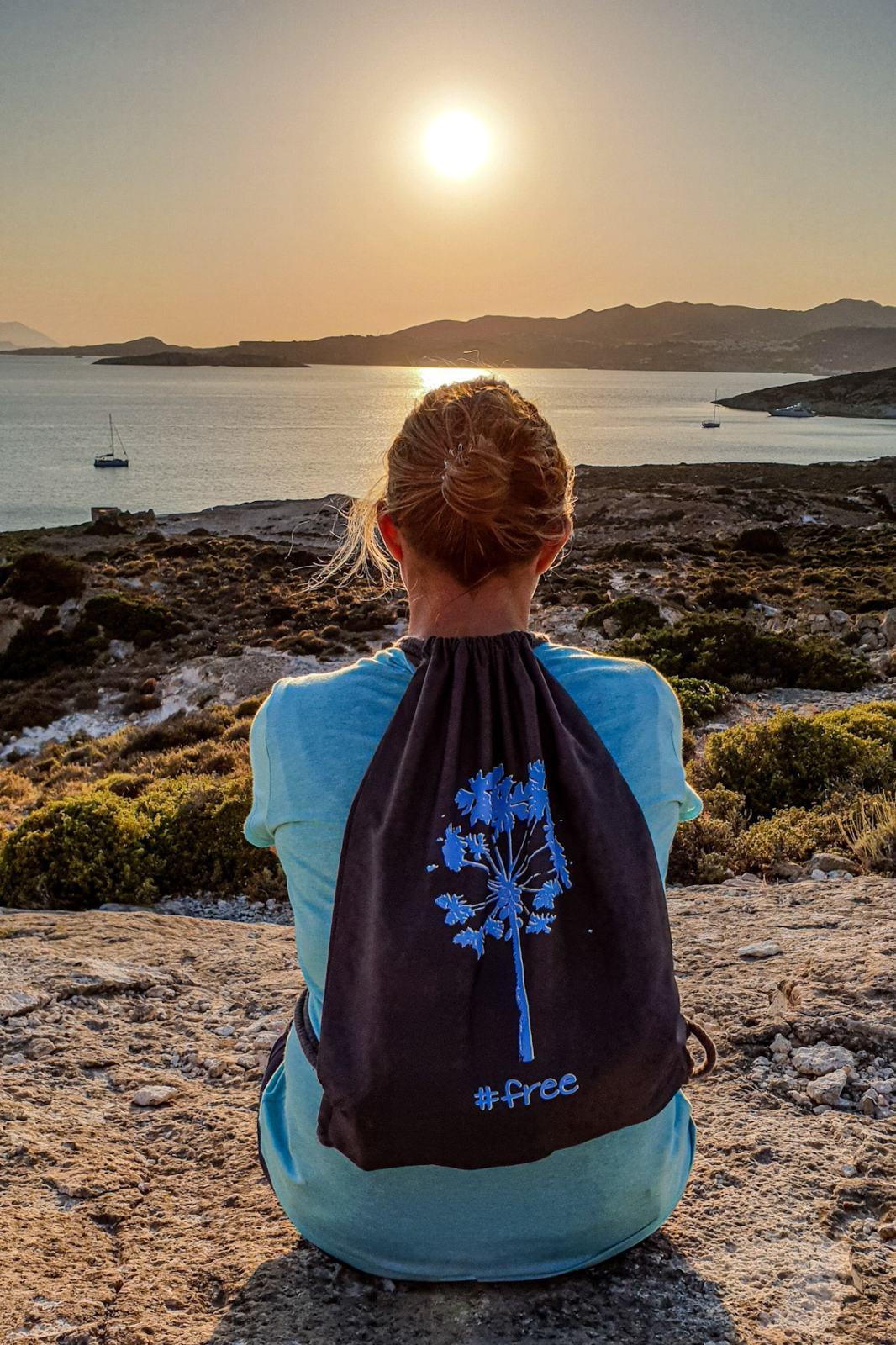 Tramonto dalla baia di baia di Κάτω Μερσίνη sull'Isola di Polyaigos