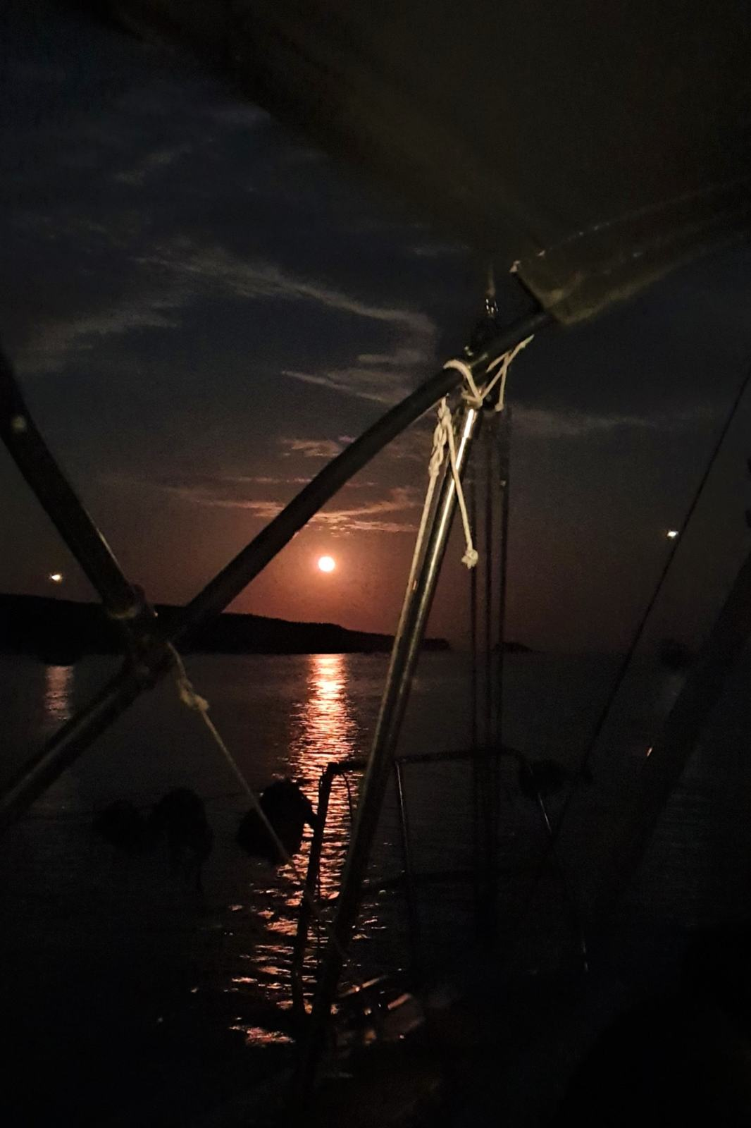 Notti di luna rossa in barca a vela