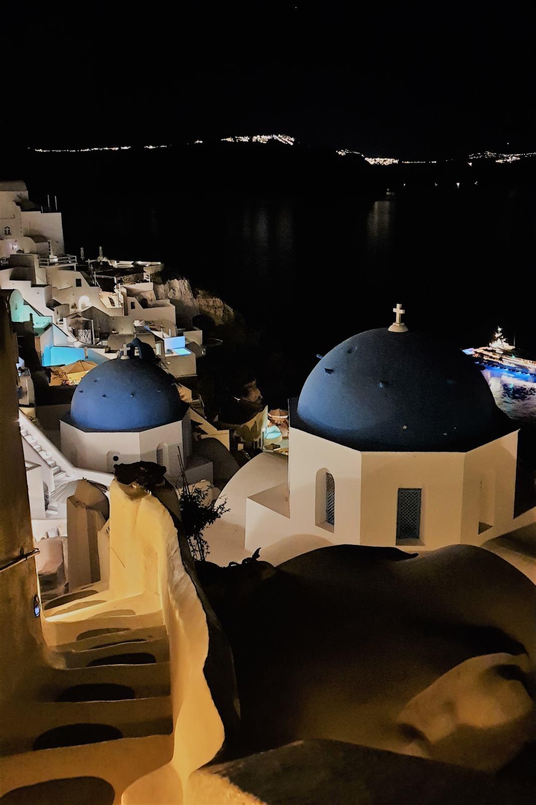 Villaggio di Oìa di notte - Le cupole blu