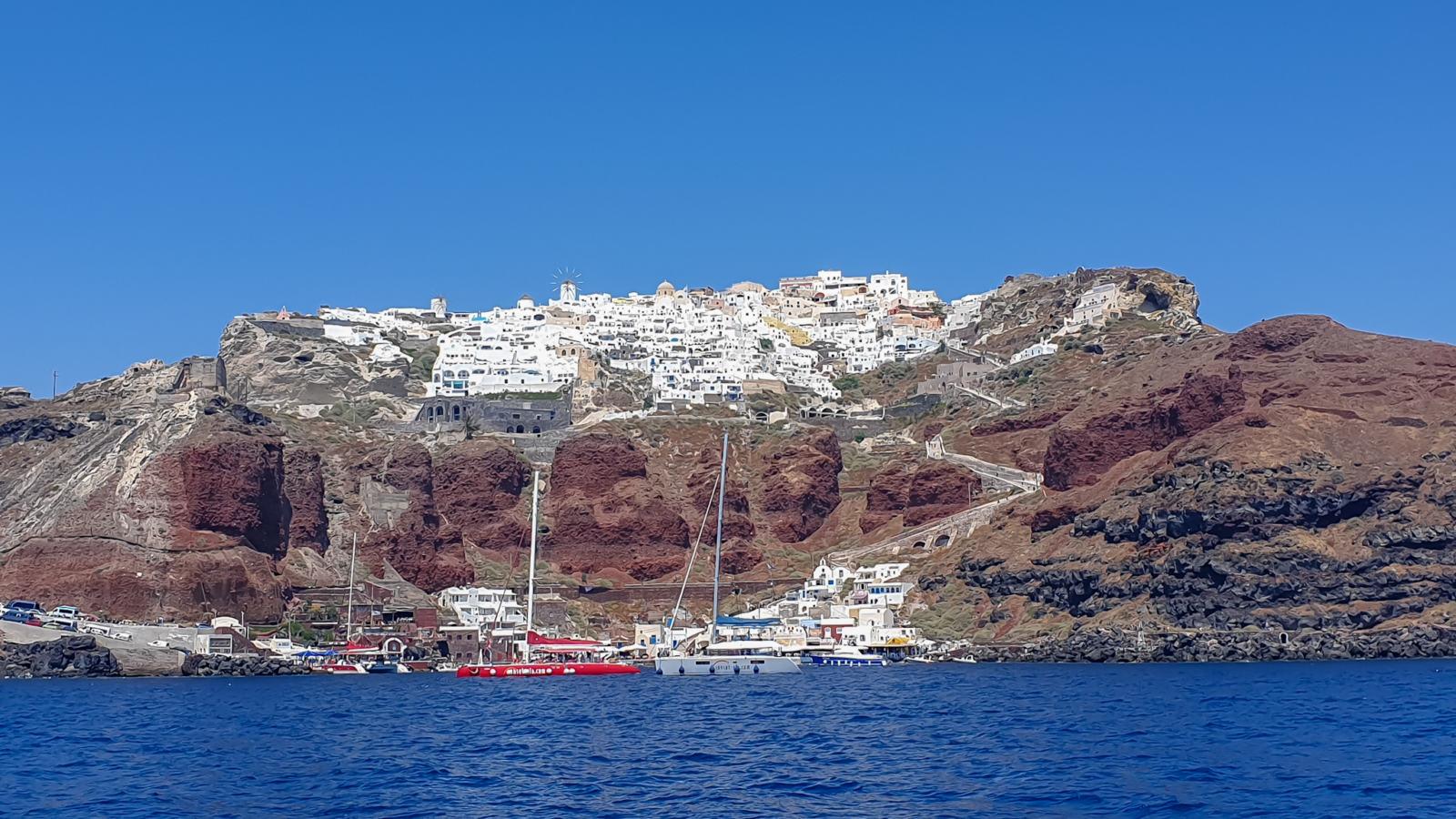 Isola di Santorini - Oìa vista dalla barca a vela