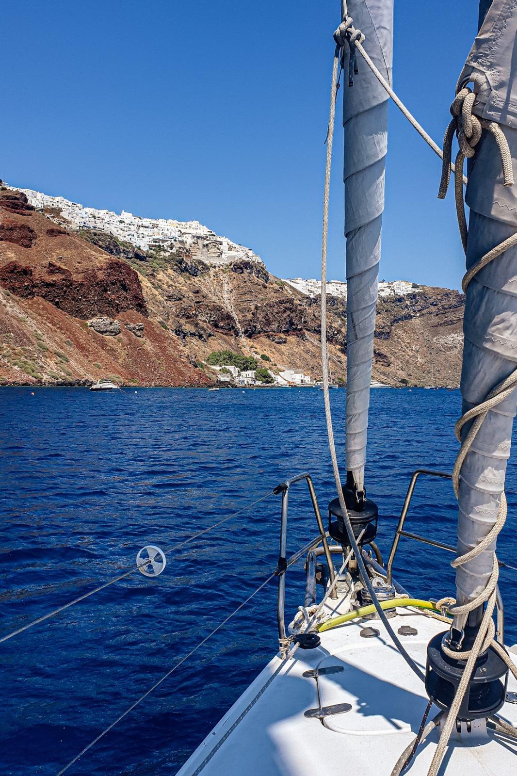 Santorini - Vista navigando dentro la Caldera in barca a vela