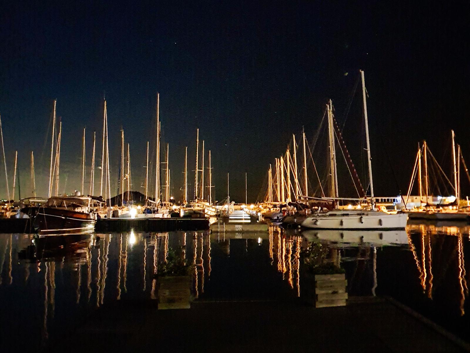 Pontile con barche di notte