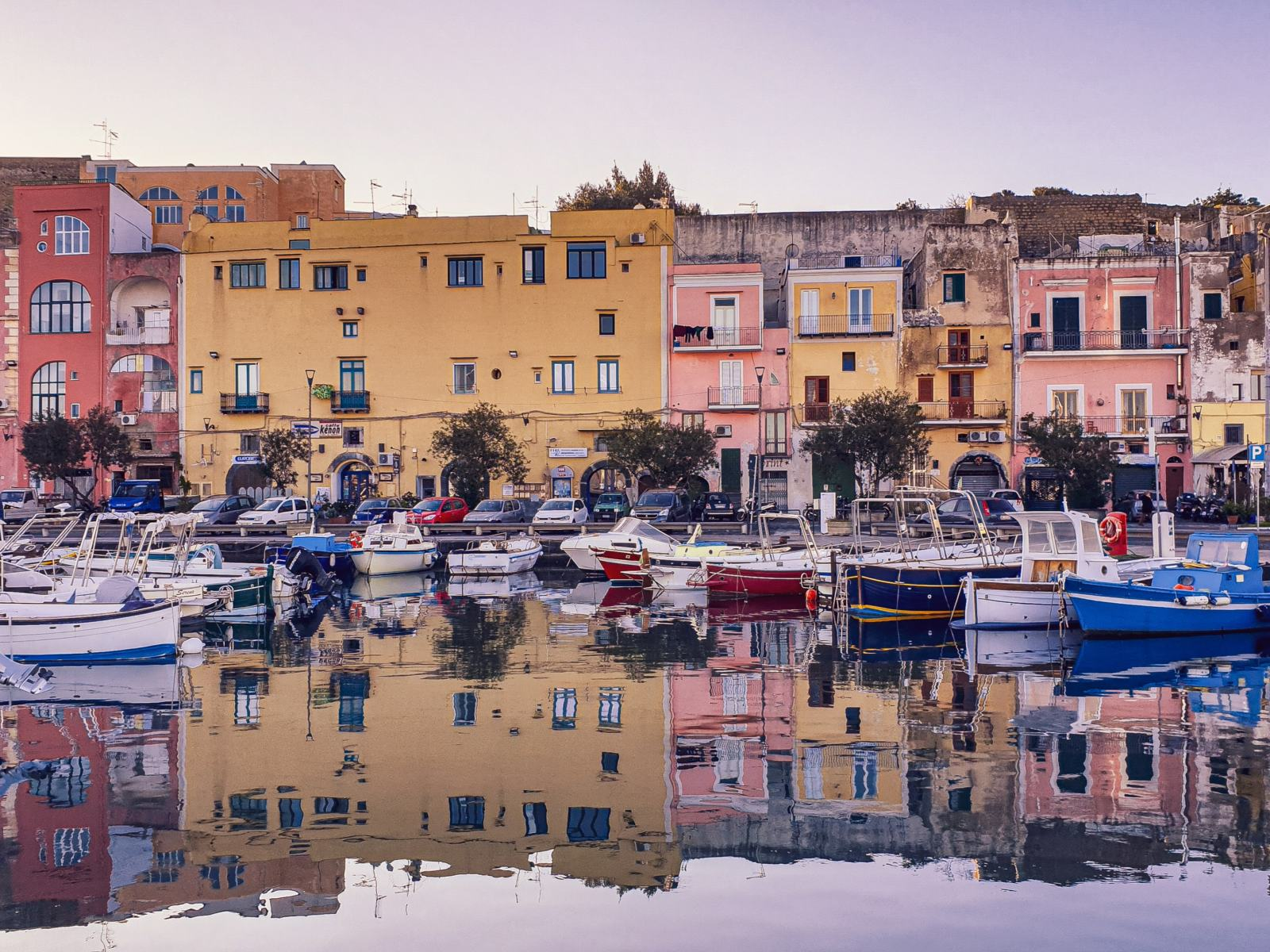 Case colorate nel Porto di Marina Grande a Procida