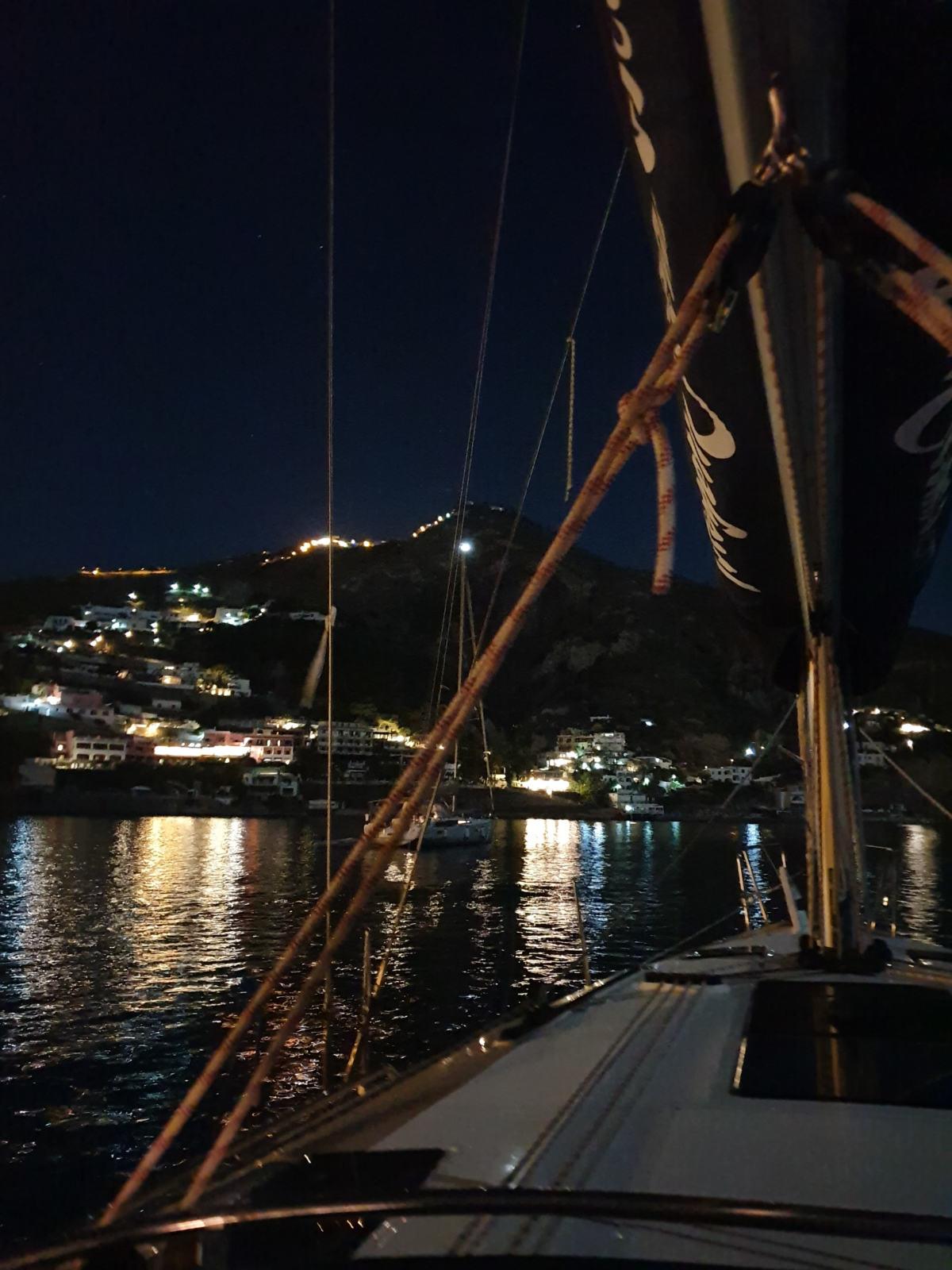 Barca a vela in rada di notte con la luna piena