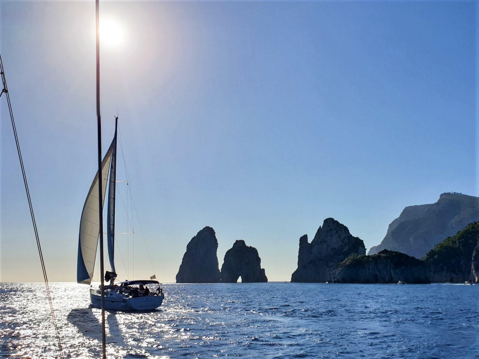 Faraglioni di Capri visti dal mare durante la navigazione