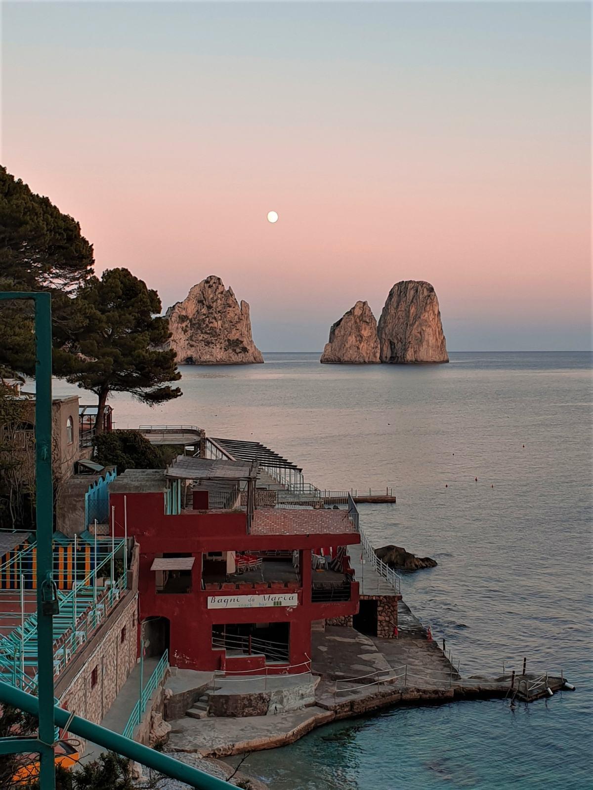 Stabilimento balneare Capri con sfondo sui Faraglioni di Capri