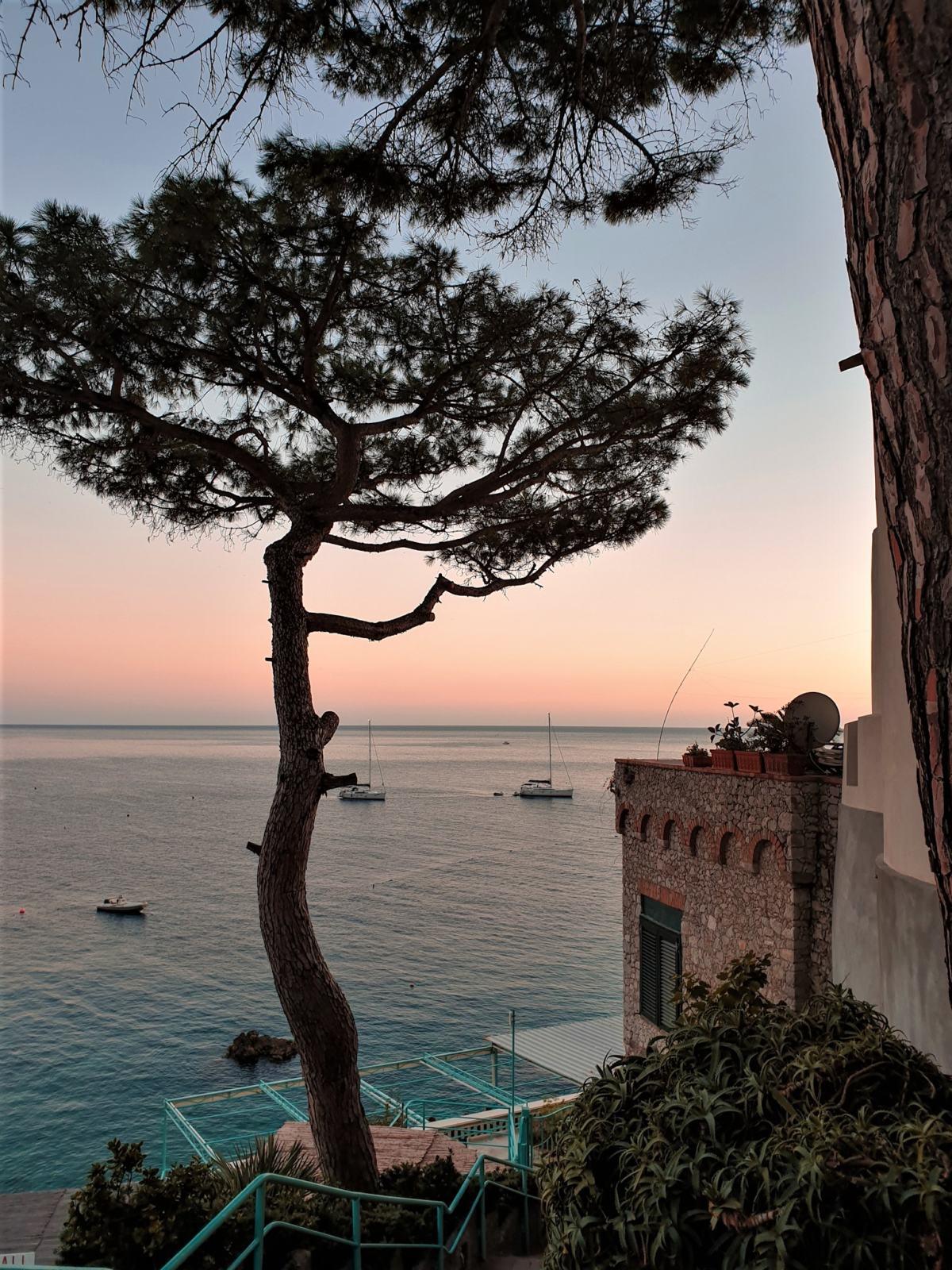 Baia di Marina Piccola all'ora del tramonto a Capri