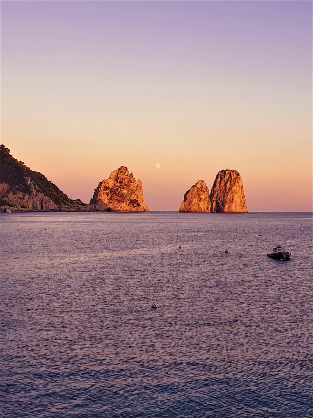 Faraglioni di Capri visti dalla spiaggia all'ora del tramonto