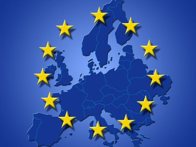 La bandiera dell'Europa: un cerchio di dodici stelle dorate a cinque punte su sfondo blu