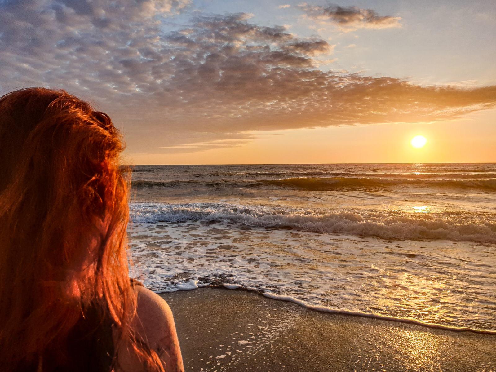 Donna che osserva il mare